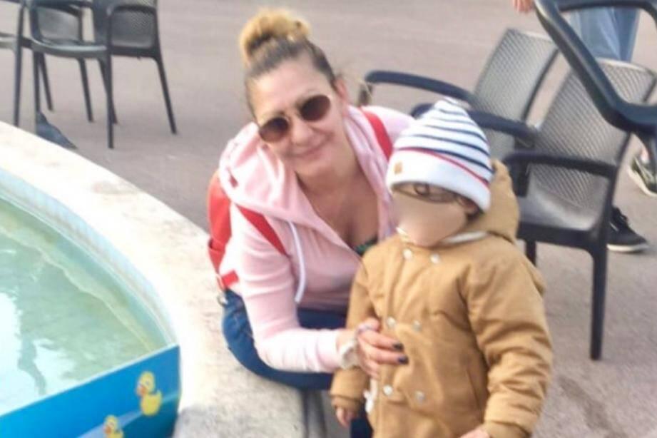 Olivia et le petit garçon lors d'une promenade à Cannes.