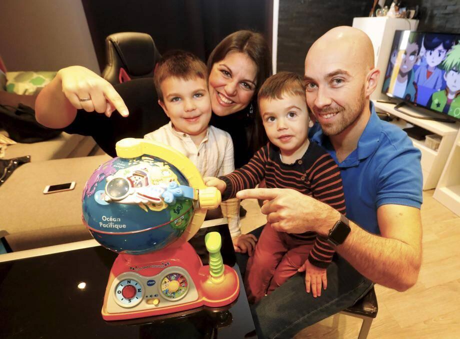 La petite famille il y a quelques jours chez elle au Cannet. À gauche Manuel, à droite, contre son papa, Ruben...
