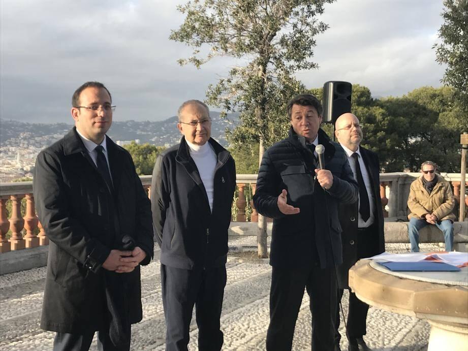 Christian Estrosi, entouré d'Anthony Borré, son directeur de campagne, Richard Chemla (lire ci-dessous) et de Philippe Pradal, son premier adjoint, a présenté ses mesures écolos sur la terrasse Nietzsche au Château.