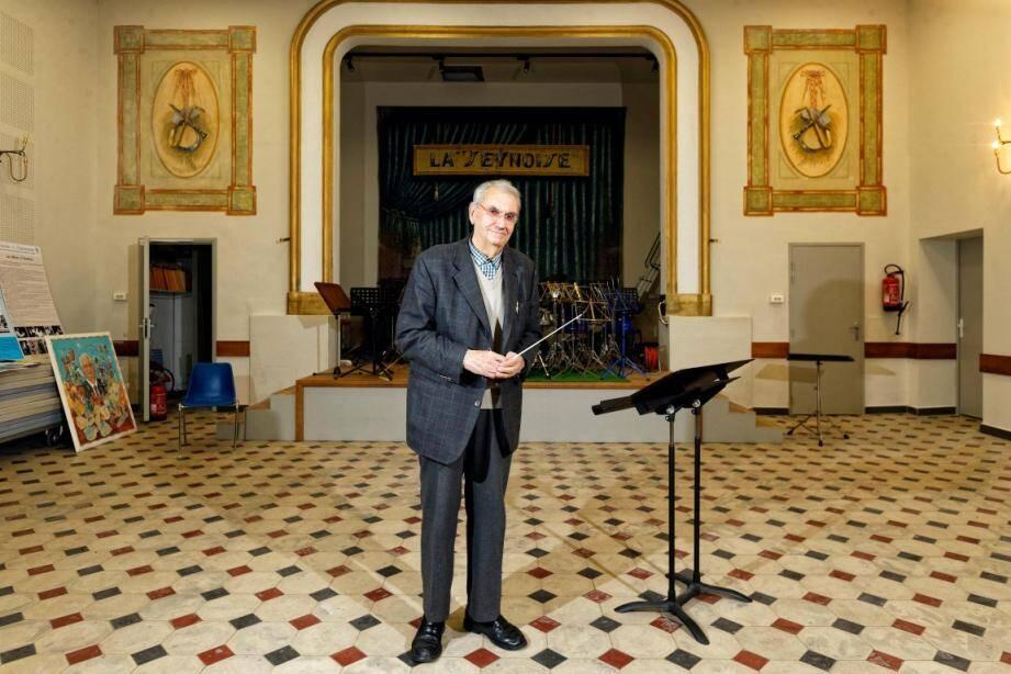 Jean Arèse, entré comme joueur de hautbois à la philharmonique La Seynoise à l'âge de 12 ans, y dirige encore aujourd'hui un groupe de musiciens.