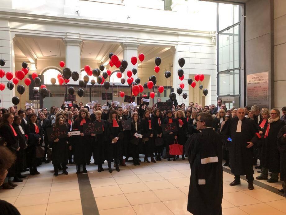 Les avocats en grève se sont invités, lundi, à l'audience de rentrée.