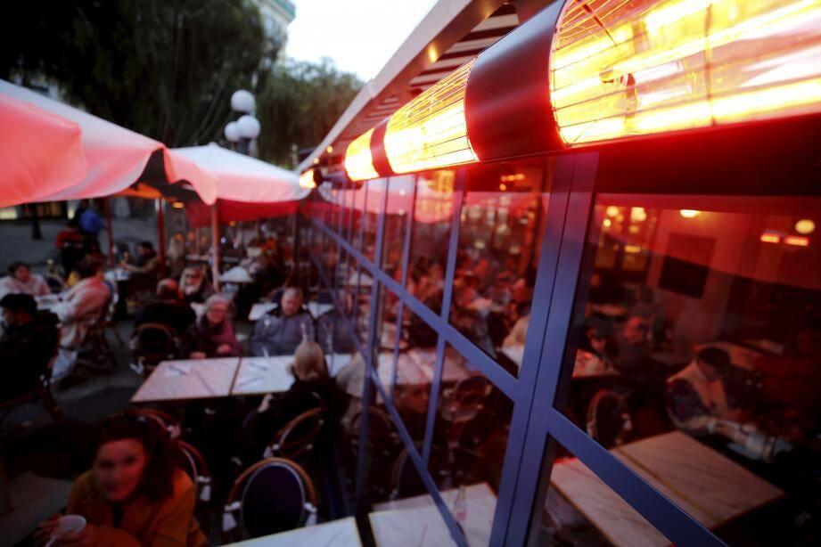La question de l'interdiction des chauffages en terrasse a suscité la colère des internautes.