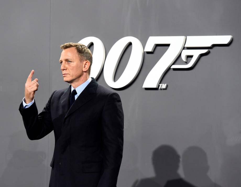 Daniel Craig devant les photographe pour la présentation du film Spectre.