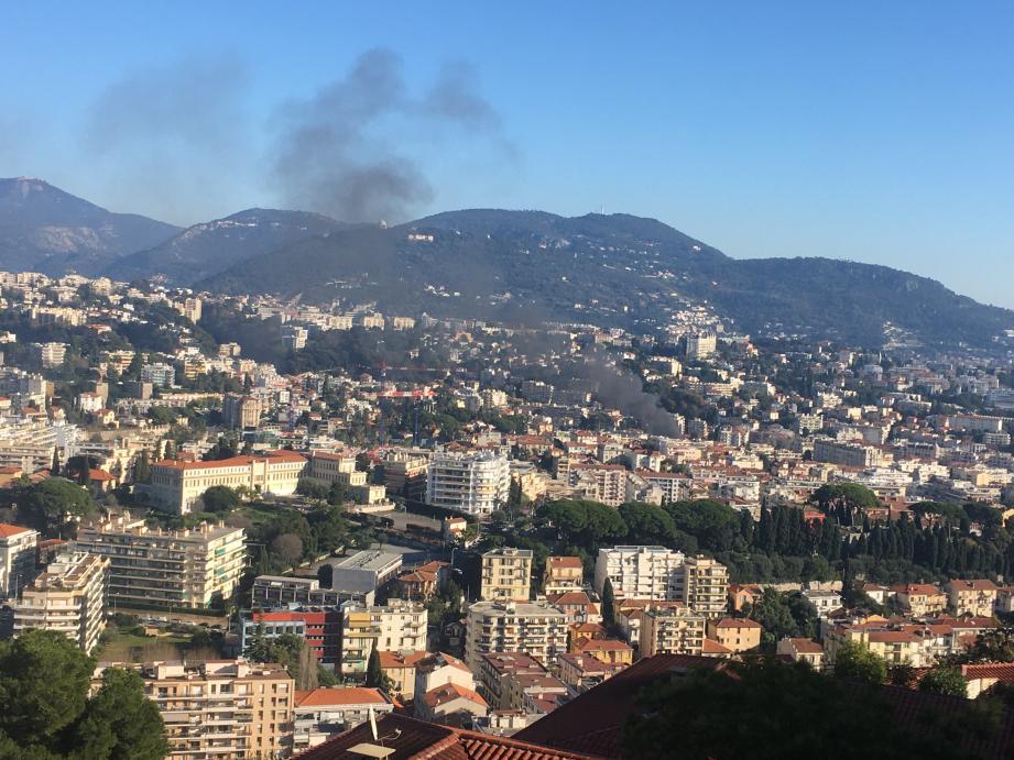 Une épaisse fumée était visible depuis de nombreux quartiers de Nice.