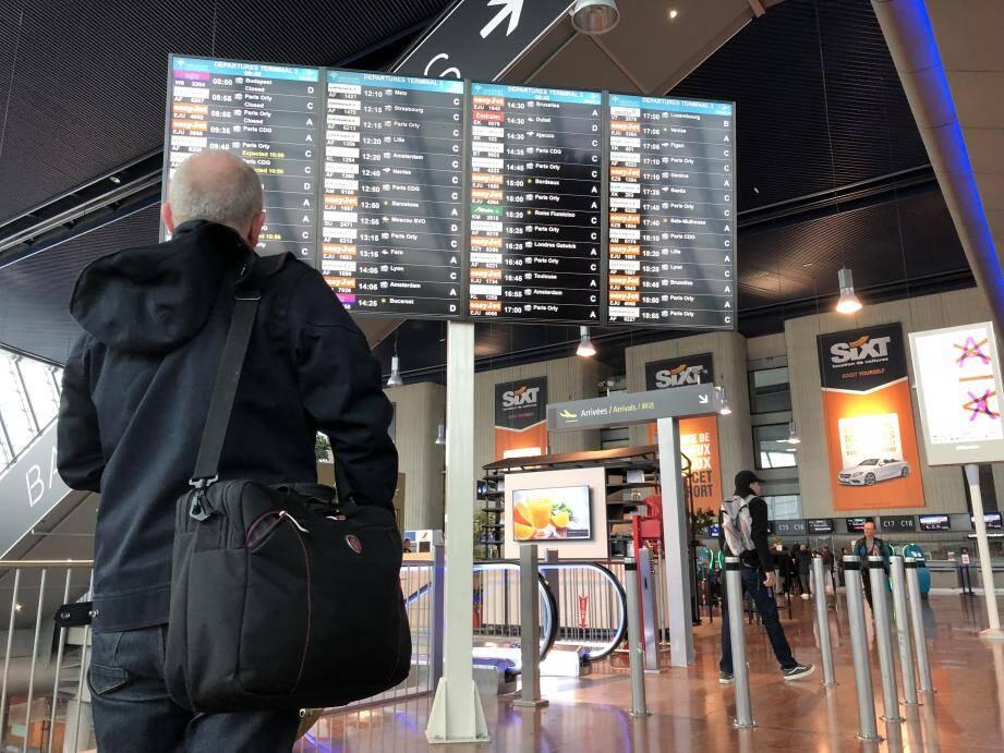 Pas d'agitation particulière, mais des passagers attentifs, ce vendredi matin, dans le hall du terminal 2.