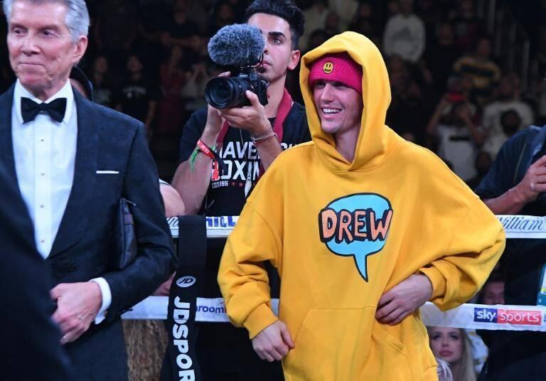 Justin Bieber attend sur le ring après le combat entre les Youtubers KSI et Logan Paul, le 9 novembre 2019 à Los Angeles, Californie.