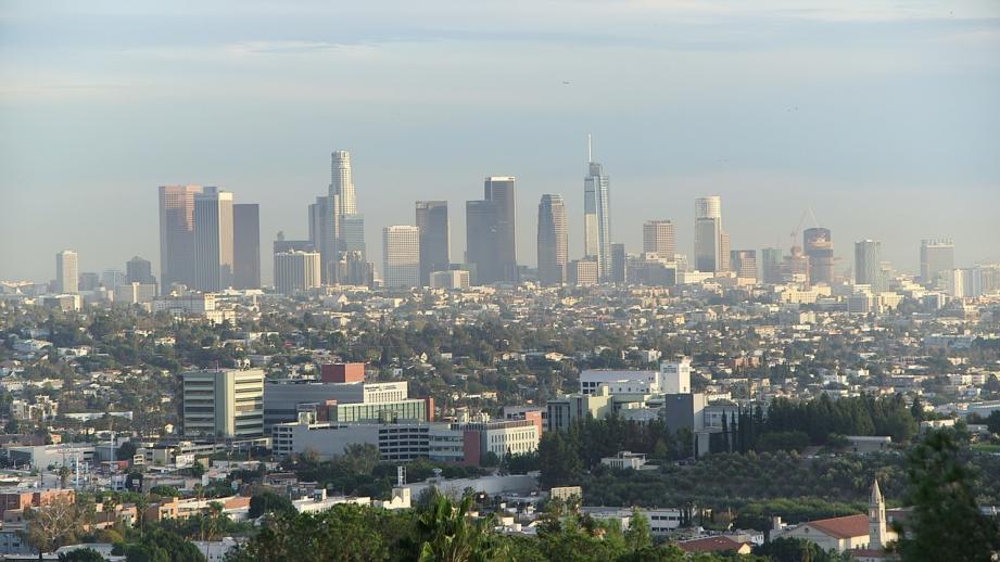 Le carburant, largué à relativement faible altitude selon les pompiers, est également tombé sur une autre école du sud de Los Angeles, apparemment sans incidence notable sur la santé des élèves ou du personnel.