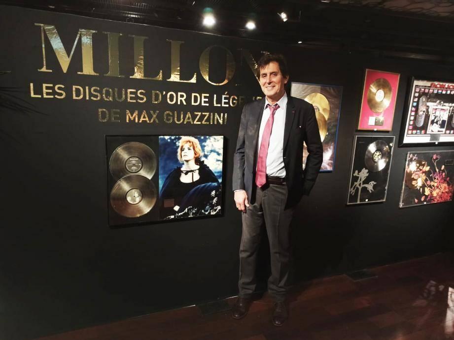 Max Guazzini à Drouot au milieu de ses trophées, décernés à l'époque par les maisons de disques pour la contribution de NRJ au succès de leurs artistes.