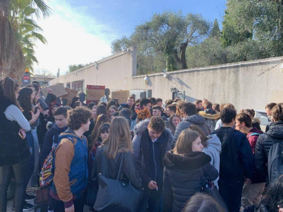 Manifestation devant le lycée Matisse de Vence ce mardi.