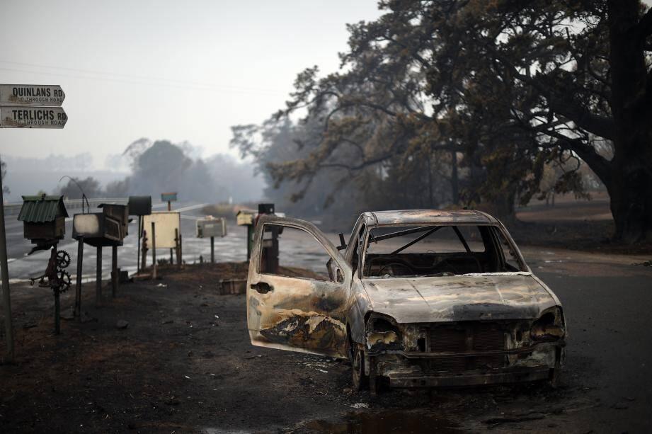 Une voiture brûlée sur Quinlans street, à Quaama dans le sud-ouest de l'Australie.