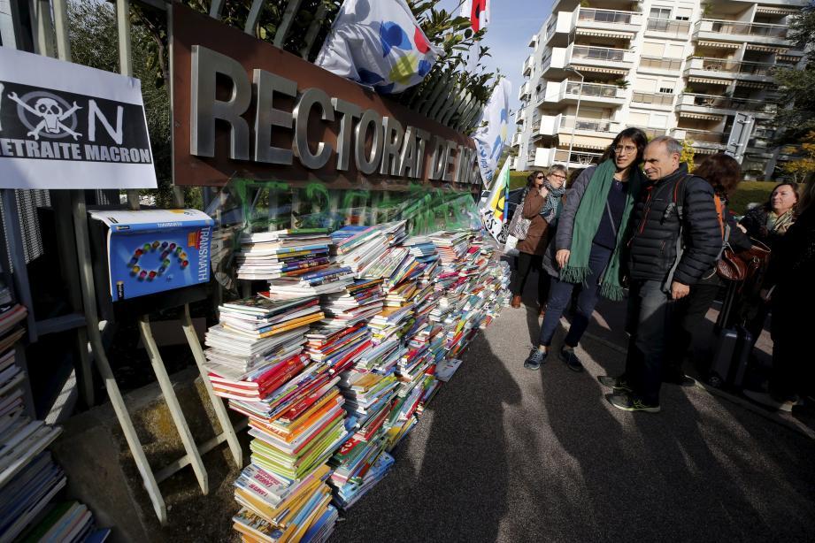 Un mur de manuels scolaires devant le rectorat de Nice ce mercredi contre la réforme des retraites.