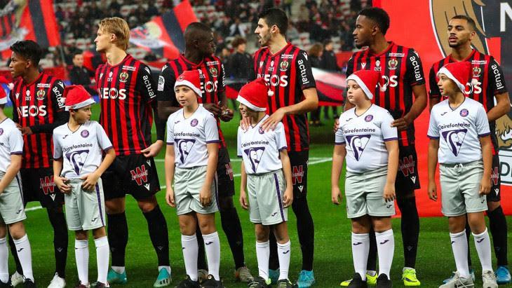 Pour le dernier match de l'année, les enfants qui accompagnaient les joueurs portaient un bonnet de Noël.