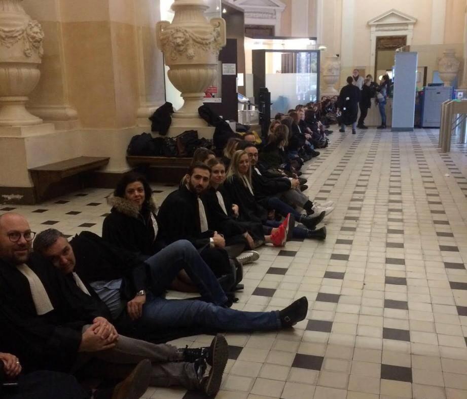 Ce vendredi matin, près de 80 avocats toulonnais participent à un sit-in dans le palais de justice de Toulon, alors que le conseil des ministres doit examiner le texte de la réforme des retraites.