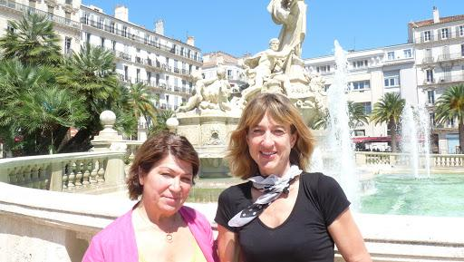 Jeanne-Marie de Torres (à gauche) pose au côté de Perrine Paul.