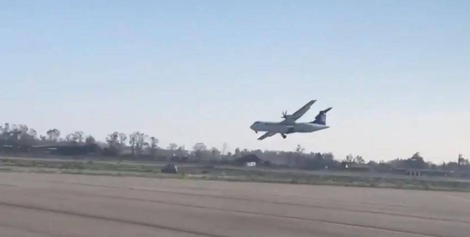 Le pilote a été ovationné par les occupants lorsque l'appareil s'est arrêté.