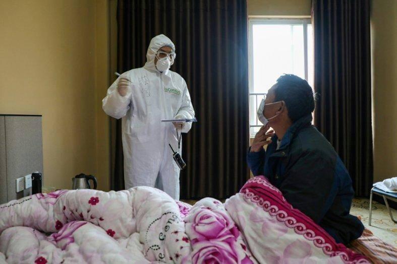 Un médecin avec un patient au centre hospitalier de Wuhan.