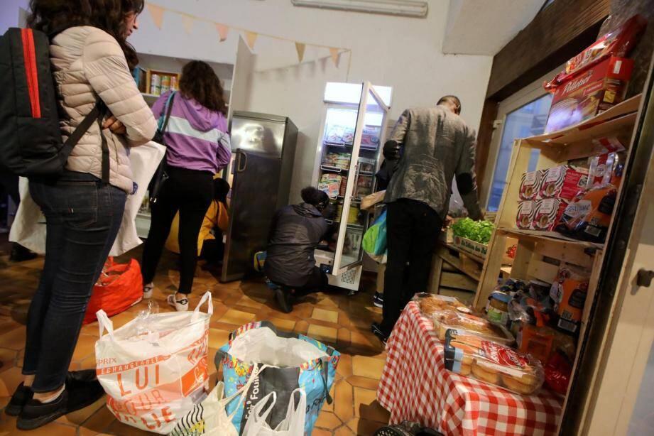 Face au coût de la vie, de plus en plus d'étudiants se tournent vers les épiceries solidaires pour vivre.