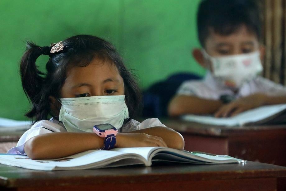 Des écoliers portent des masques sanitaires dans une salle de classe de l'île indonésienne de Natuna, le 4 février 2020