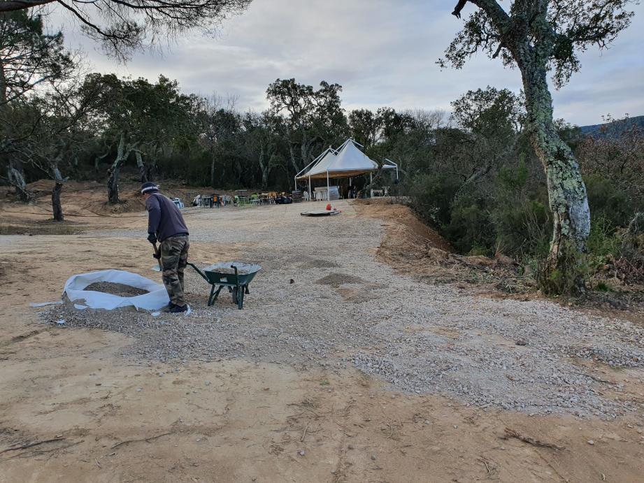 De grosses quantités de pierres ont été dégagées et le terrain a été aplani pour gagner en accessibilité.