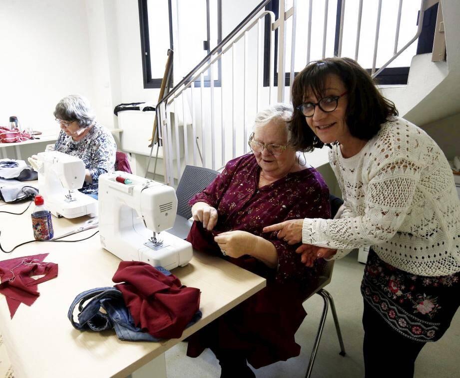 Chaque participante confectionne son vêtement et le ramène à la maison, sous les conseils de Marie.