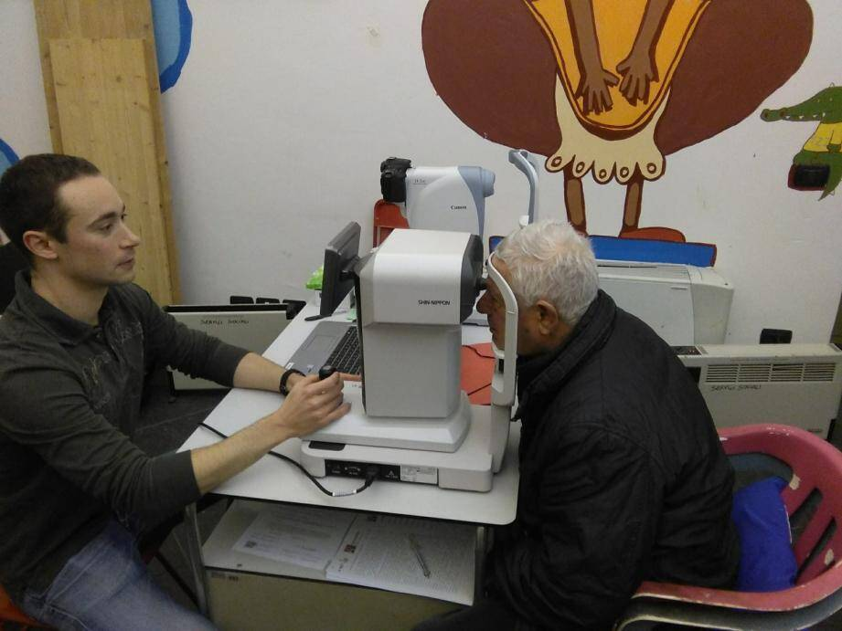 Les orthoptistes de l'unité mobile de santé visuelle disposent de matériel portable et peuvent envoyer les clichés à des ophtalmologues pour interprétation et avis.