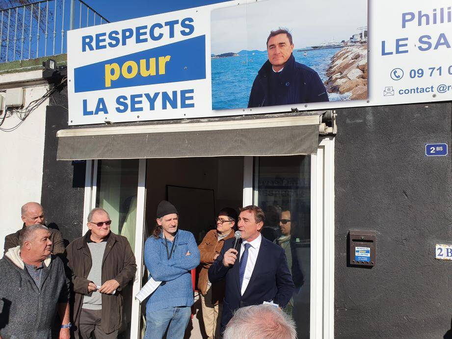 Philippe Le Sausse a tenu un petit discours devant sa permanence avant d'inviter tout le monde à partager un apéritif.