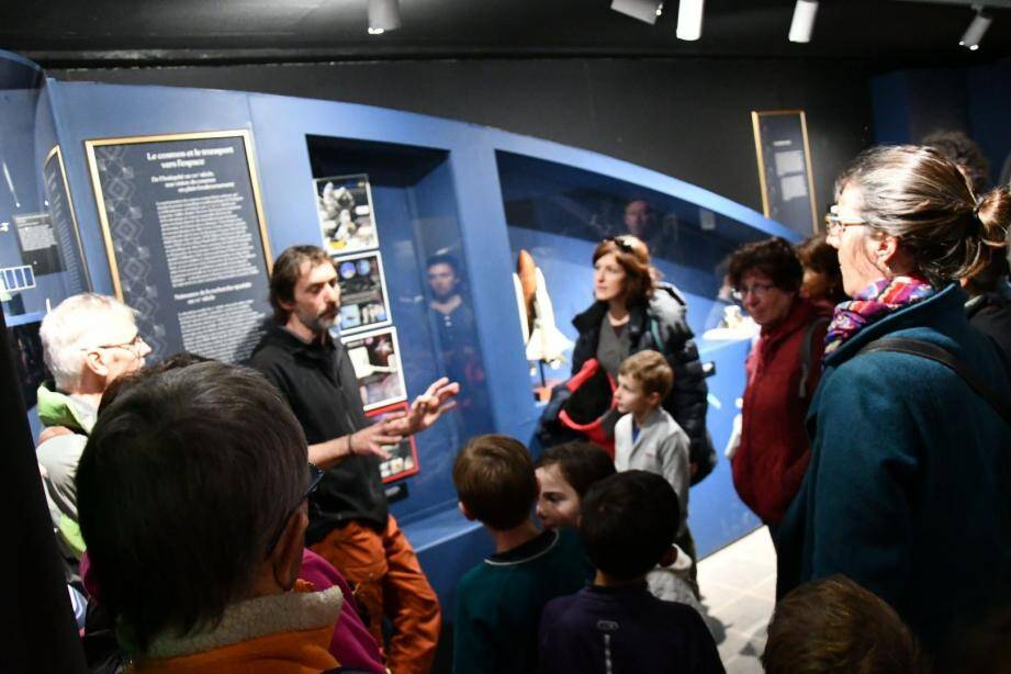 Gille Jovet dans la salle du bas de la Maison départementale de la nature des 4 frères, expliquant les moyens d'exploration de l'espace et de leur évolution.