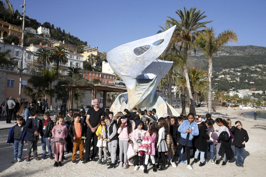Les élèves des écoles du Careï et Anne-Frank/André-Guillevin avec DUME devant la sculpture/toboggan.