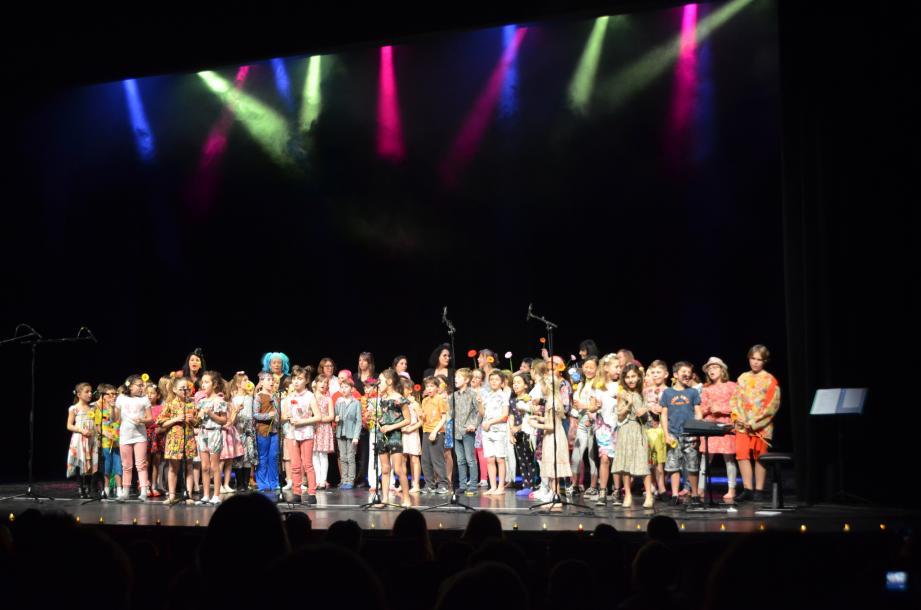 À l'initiative de Virginie Boreux et Charline Picano, institutrices, les élèves de CM1 et CE2 ont livré un spectacle haut en couleurs au théâtre de l'Esplanade. Ici, le final, avec Le pouvoir des fleurs.
