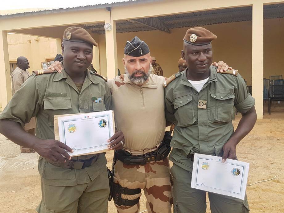 L'adjudant Christophe, issu du peloton d'intervention et de surveillance de Gassin, avec deux militaires maliens.