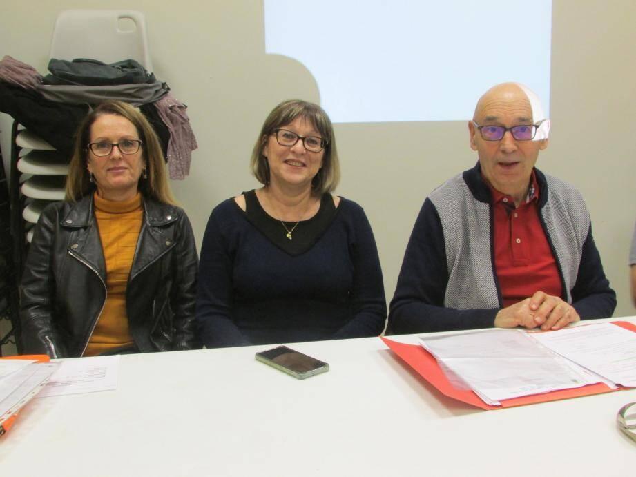 Le président du comité de jumelage Daniel Duval auprès des conseillères municipales déléguées au jumelage et aux associations Coralie Michel et Anne-Marie Métal.