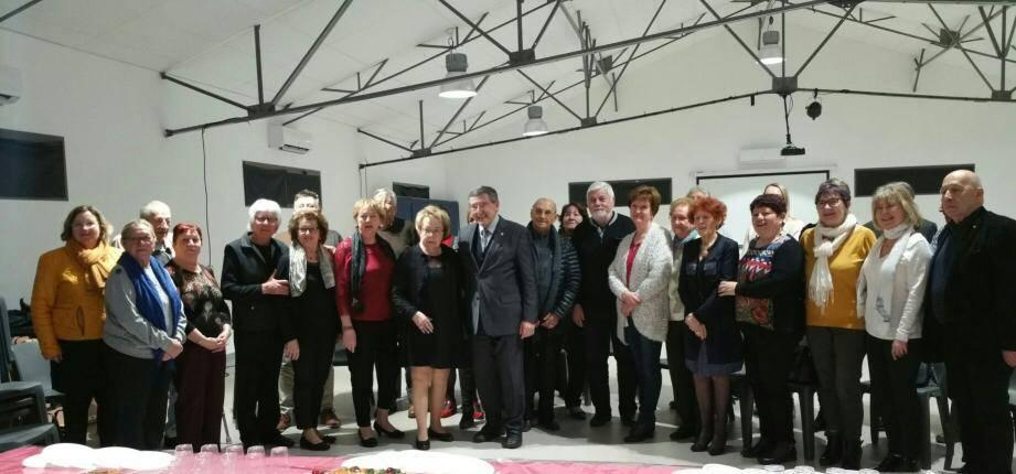 M. et Mme Bénéventi (au centre en robe noire et costume-cravate), entourés des bénévoles et du président Patrice Daniaud de l'association Ollioules d'abord et les élus.