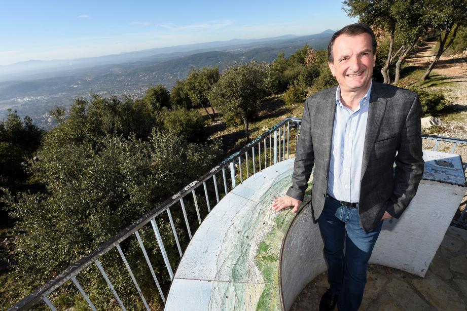 Au sommet du Malmont, le maire sortant évoque un panorama allant de l'Estérel au Coudon. Une vue immanquable sur « notre merveilleuse région ».