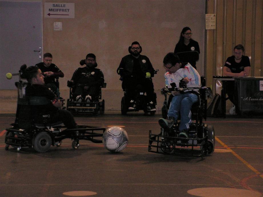 Le foot fauteuil se joue avec un ballon de 33 cm de diamètre afin d'éviter qu'il puisse passer en dessous du fauteuil.(Phot An. D.)