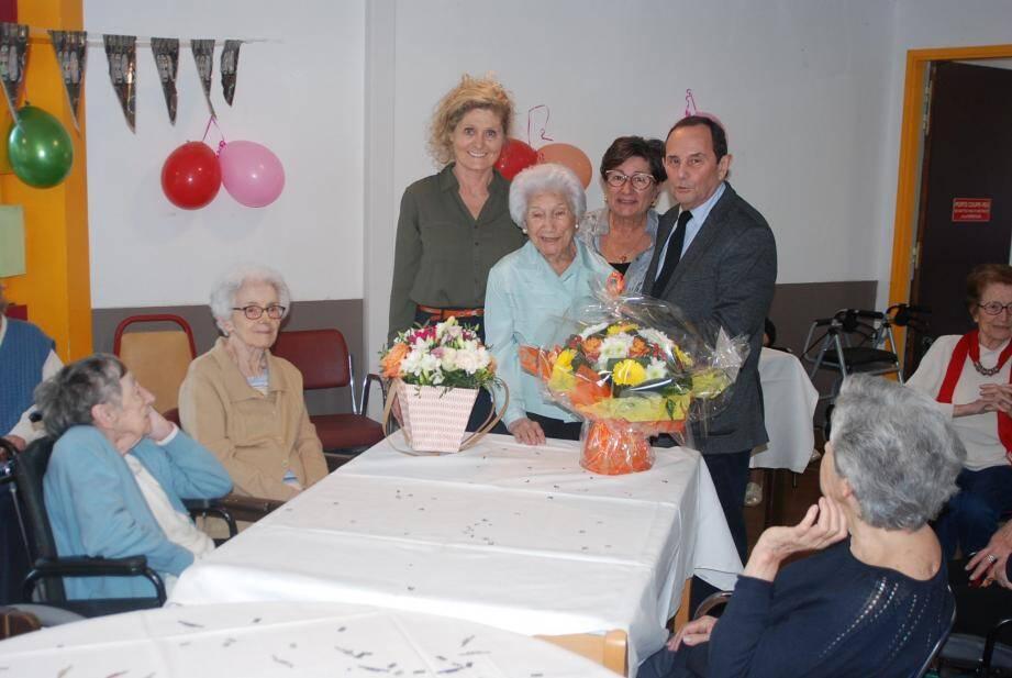 Louis Ferrara, adjoint au maire qui représentait le premier magistrat, a offert à Blanche Sahuc un magnifique bouquet de fleurs au nom de la municipalité.