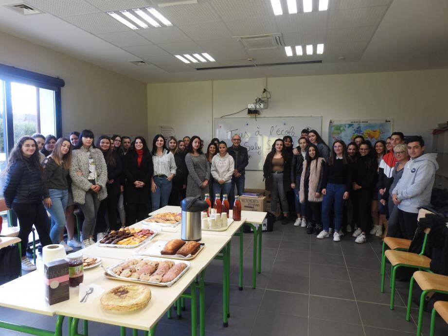 Un petit-déjeuner partagé entre les élèves et l'association a conclu la remise de dons.