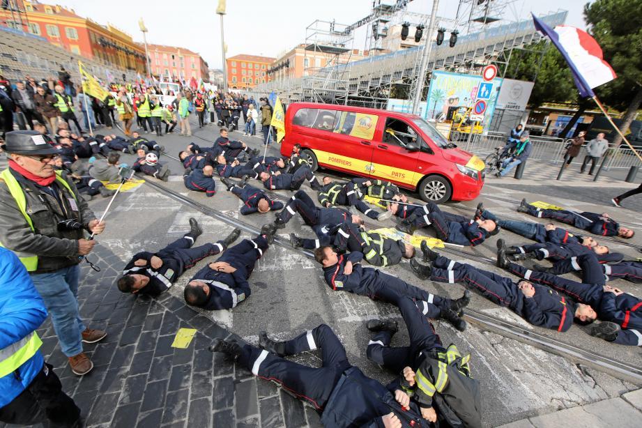 Symboliquement, les pompiers se sont couchés pendant une minute, à l'arrivée du cortège, place Masséna.