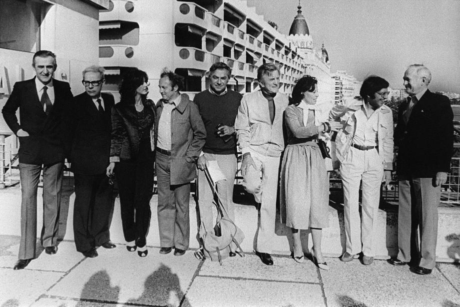 Kirk Douglas avec les membres du jury lors du festival de Cannes 1980.