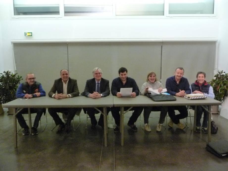 Le président du Cof Sébastien Zeggari (au centre, papiers en mains) a orchestré l'assemblée générale en présence des élus dont Robert Masson le maire (3e en partant de la gauche).