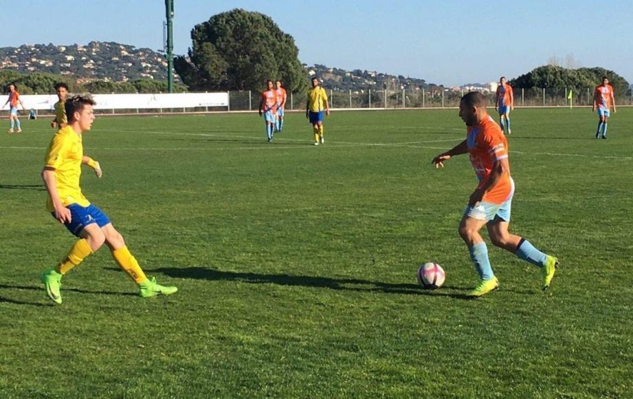 Les joueurs de l'AS maximoise, ici Mounir Boureghida (en orange), s'attendent à un match compliqué sur la pelouse de Courthezon.