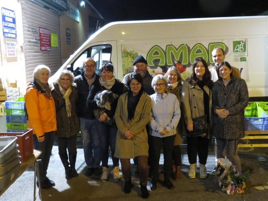 Mireille Bertola, la présidente de l'Amap (au centre) des adhérents-bénévoles et Thierry Vallarino, le producteur de légumes.