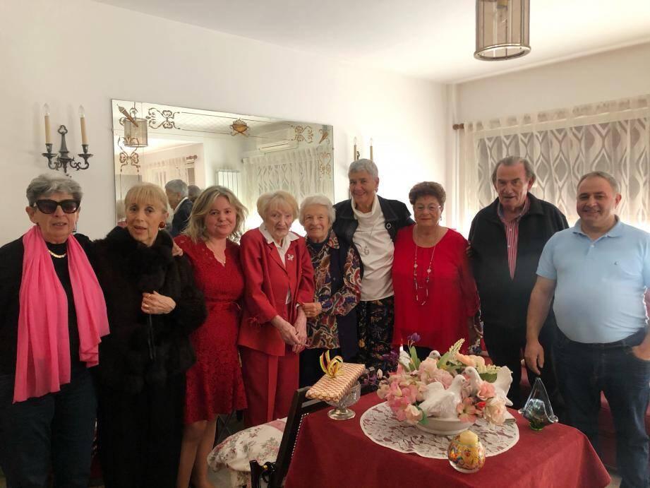 Liliane Dechard (au centre) entourée de ses amis pour fêter ses 101 ans le 6 février.