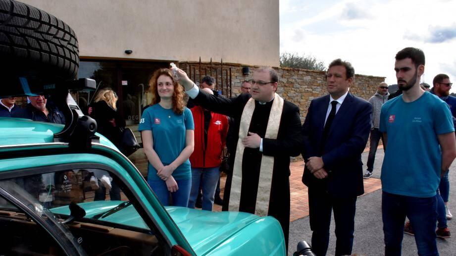 La 4L a été bénie par le père Carlos en avant son départ pour le désert marocain.