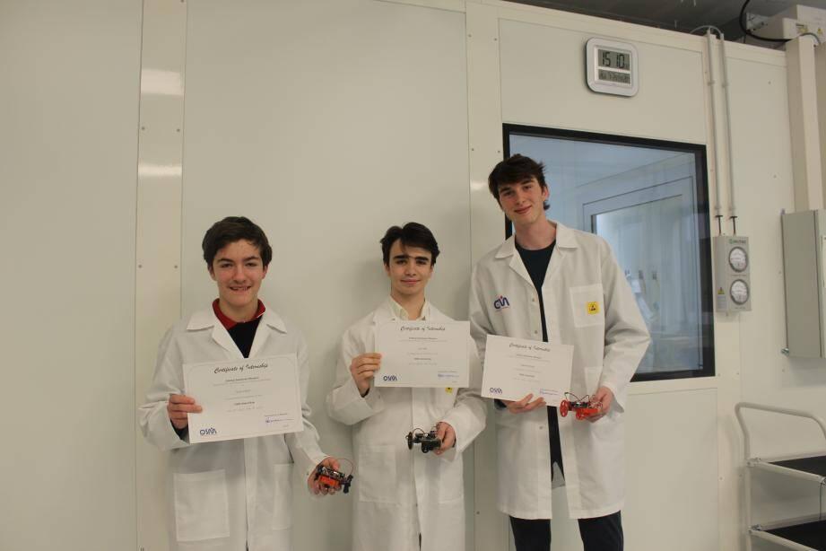 À la fin de leur semaine de stage, les trois étudiants ont présenté aux ingénieurs et responsables de l'entreprise des axes de réflexion sur la fusée Vega et les débris spatiaux.
