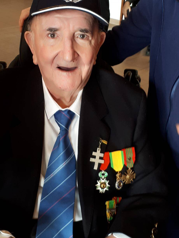 Henri Baudina reçoit les insignes de Chevalier de la Légion d'honneur.