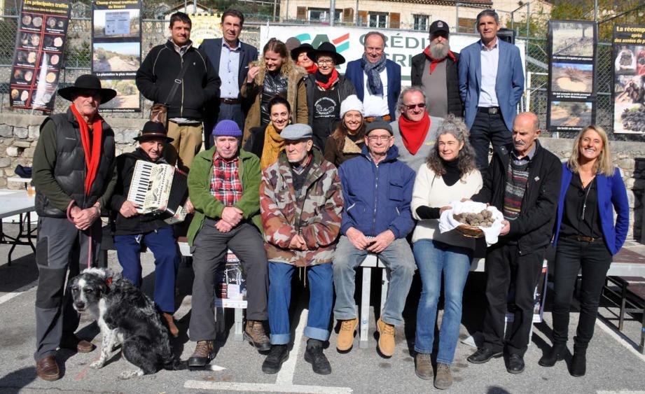 Producteurs, élus, membres du syndicat des trufficulteurs des Alpes-Maritimes et organisateurs réunis lors des allocutions.