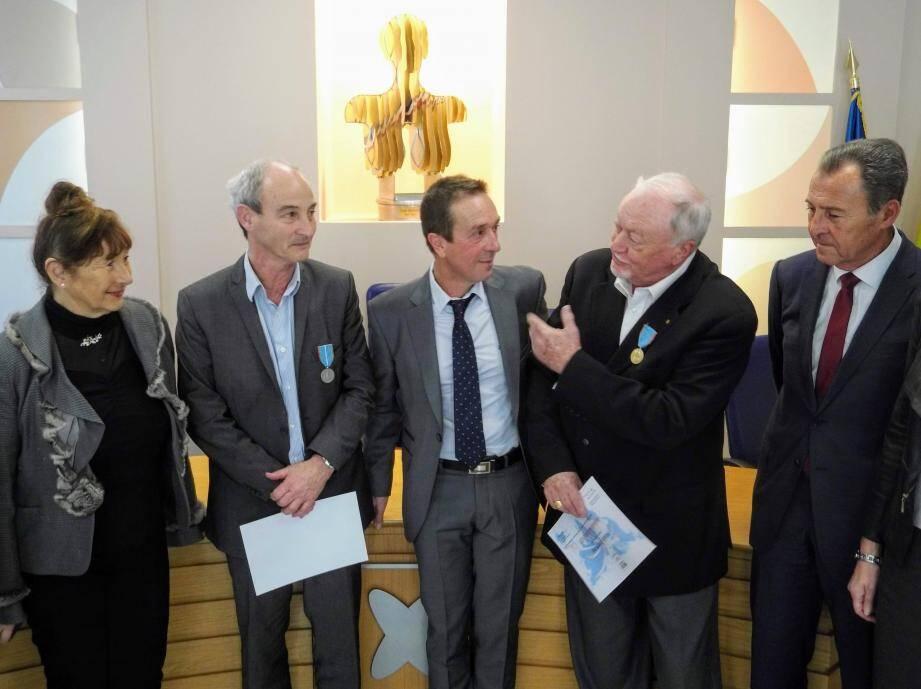 La médaille du tourisme a été remise par Lionnel Luca et Marie Benassayag, première adjointe au maire à Jean-Pierre Triquet et Xavier Hémard en présence de l'actuel président de l'office de tourisme, Philippe Prémoli.