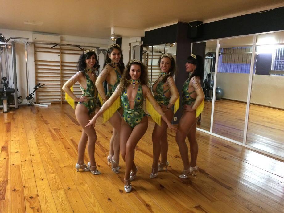 À Nice, Christelle (au milieu) fabrique chaque costume. À Rio, les danseuses de Yaya Fit Dance enfileront celui que l'école de samba a fabriqué pour chacune des Niçoises considérant cette aventure comme une consécration.