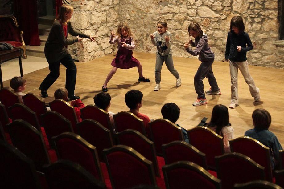 Les enfants sont invités à développer leur imaginaire sur scène. (DR)