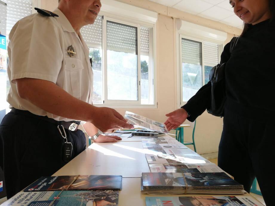 Des membres du Cirfa se sont déplacés pour éclairer les élèves du lycée Pierre-et-Marie-Curie sur les métiers de l'armée de terre, de l'air et de la marine.